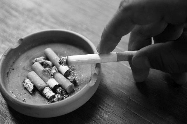"""MEX54. CIUDAD DE MÉXICO (MÉXICO) 31/05/2010.- Vista de unos cigarrillos hoy, lunes 31 de mayo de 2010, en Ciudad de México, durante la celebración del """"Día Mundial Sin tabaco"""". El secretario de Salud del gobierno del Distrito Federal, Armando Ahued, dijo hoy que el tabaquismo es el causante de matar en promedio a 167 personas diariamente, lo que se traduce a más de 60 mil al año en el país. EFE/Sáshenka Gutiérrez"""